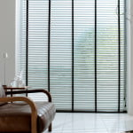 houten-jaloezieen-raambekleding-500x700-8-kleur-op-kleur-interieur