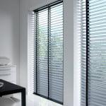 houten-jaloezieen-raambekleding-500x700-9-kleur-op-kleur-interieur