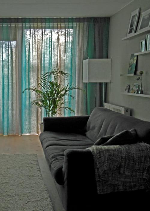 Exotisch behangpaneel in woonkamer kleur op kleur interieur for Interieur kleur