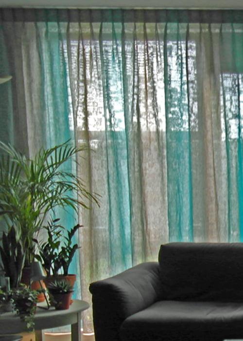 Exotisch behangpaneel in woonkamer - Kleur op Kleur Interieur