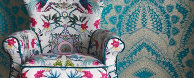 behang-groot-pauwveren-motief-turkoois-goud-kleur-op-kleur-interieur-780x455