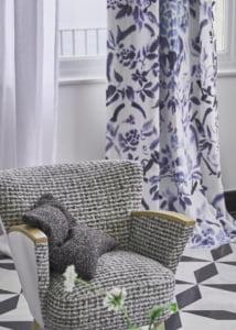 designers-guild-collectie-behang-kussens-gordijnen-bloemen-flora-blauw-plaids-kleur-op-kleur-interieur-2017-500x700-11