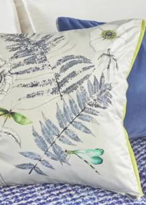 designers-guild-collectie-behang-kussens-gordijnen-transparant-bloemen-flora-fauna-plaids-kleurrijk-kleur-op-kleur-interieur-2017-500x700-26
