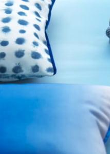 designers-guild-collectie-buiten-stoffen-bekleding-stoffen-batikachtig-waterafstotend-blauw-wit-kleur-op-kleur-interieur-2017-500x700-31
