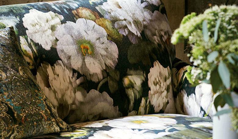 meubelstoffen-gordijnen-fluweel-kleurrijke-kleurcombinatie's-bloempatronen-780x455-kleur-op-kleur-interieur-2017-7