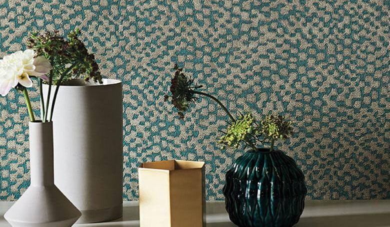 wandbekleding-behang-luxueuze-vinyl-bedrukte-dessins-bloemen-relief-780x455-kleur-op-kleur-interieur-2017-2