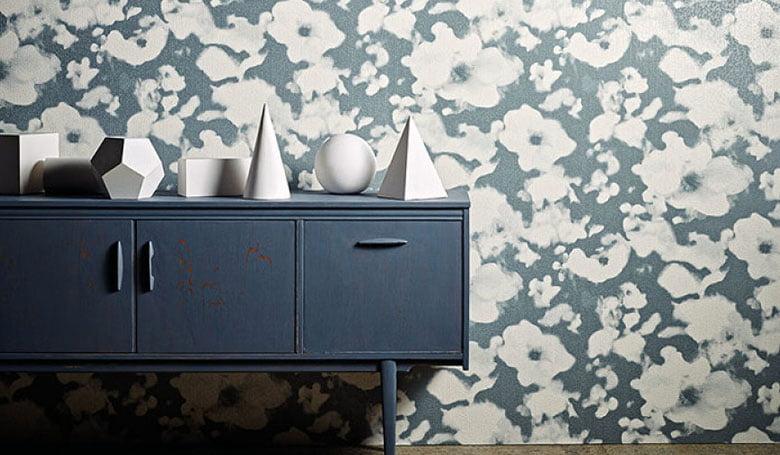 wandbekleding-behang-luxueuze-vinyl-bedrukte-dessins-bloemen-relief-780x455-kleur-op-kleur-interieur-2017-7