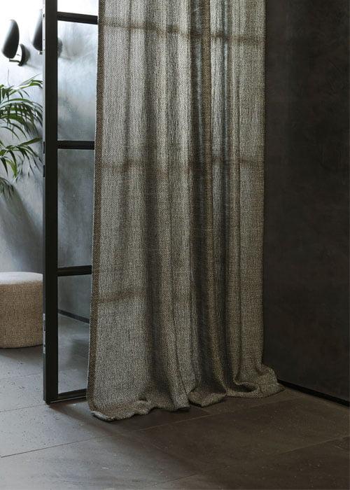 https://www.kleuropkleur.nl/wp-content/uploads/2018/04/effen-inbetween-linnen-stalen-deuren-chivasso-gordijnen-500x700-kleur-op-kleur-interieur-18-5-4.jpg