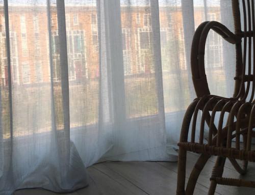 Transparante visgraat gordijnen van Designers Guild