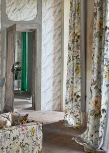 florale-bloemen-pastel-gordijnen-raambekleding-kleurrijke-interieurs-behang-marmerdesigners-guild-kleur-op-kleur-interieur-02